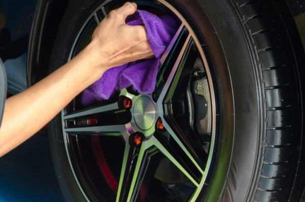Man hand holding tire wipes.